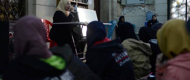 Wafaa Abdel Salam donnant un cour de religion dans une mosquéedu Caire, sur l'ile de Manyal.