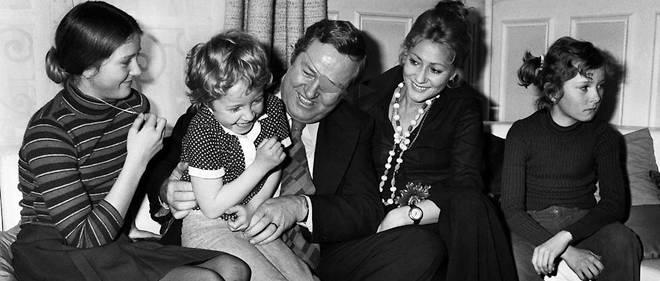En 1974, Jean-Marie Le Pen joue avec sa fille Marine, entouré de sa femme Pierrette et de ses autres enfants Marie-Caroline (à gauche)et Yann (à droite).