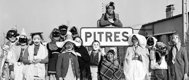 Des enfants posent pour Mardi gras, en 1964 dans le village de Pitres.