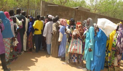 Des habitants du Cameroun qui ont dû quitter leurs foyers font al queue pour recevoir de la nourriture dans un camp à Kolofata le 22 février 2017 © Reinnier KAZE AFP/Archives
