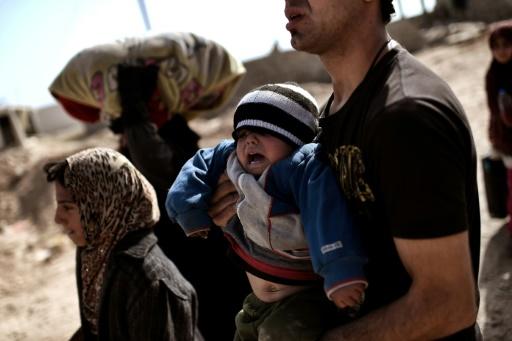 Des familles irakiennes fuient les combats le 28 février 2017 à Mossoul © ARIS MESSINIS AFP