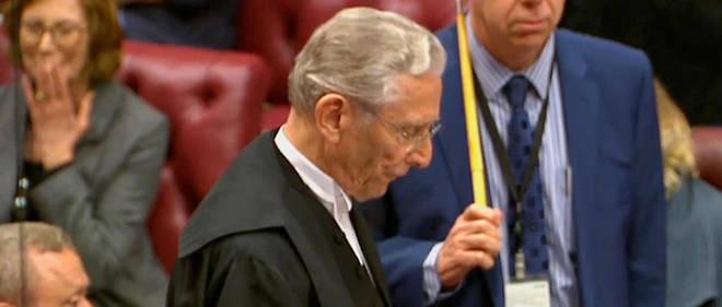Norman Fowler, lord du Parlement britannique, donne le verdict du vote retardant de quelques jours la processus de divorce.