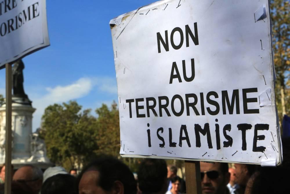 Une pancarte dans une manifestation contre le terrorisme en Algérie.  ©  GODONG / BSIP