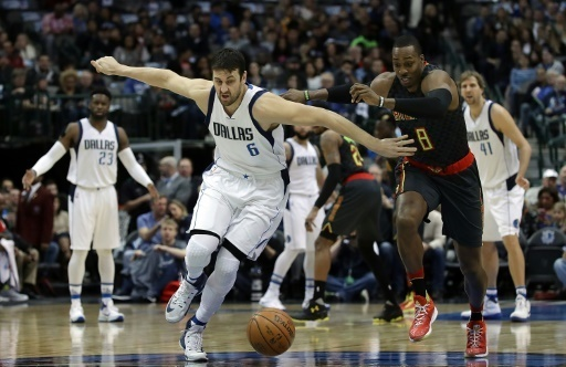 Andrew Bogut (g) avec les Dallas Mavericks face a Atlanta, le 7 janvier 2017 a Dallas