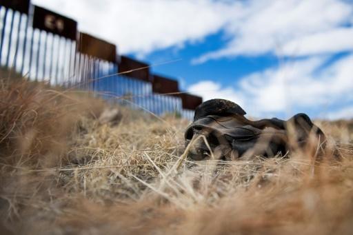 Une chaussure près de la frontière entre le Mexique et les Etats-Unis à Nogales, le 17 février 2017 © JIM WATSON AFP