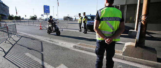 French gendarmes stand guard and check vehicles at the Saint-Ludovic gate at the French-Italian border on August 6, 2016, in Menton, southeastern France. A group of migrants, estimated at 200 people and supervised by No Borders activists, crossed the border between Italy and France on August 5, 2016, according to Alpes-Maritimes prefecture. / AFP PHOTO / JEAN CHRISTOPHE MAGNENET