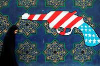 Une femme iranienne marche devant une fresque murale antiaméricaine peinte sur le mur de l'ancienne ambassade des États-Unis à Téhéran, théâtre en 1980 d'une prise d'otage de diplomates américains qui a duré 444 jours (photo d'illustration). ©BEHROUZ MEHRI