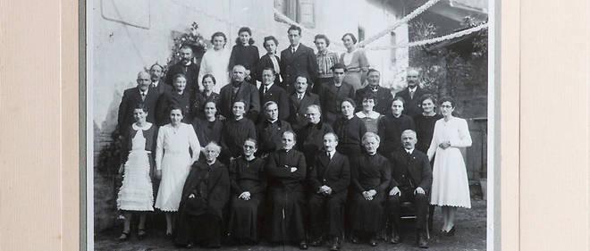 Reproduction de photos de famille, Jules Albert Peillet, bras croisés, au premier rang entre ses parents, vers 1940, peu de temps avant sa rencontre avec Béatrix Beck.