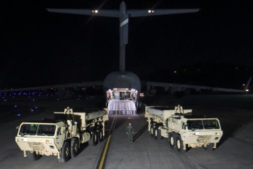 Les premiers éléments du bouclier antimissile américain THAAD sont déchargés sur Osan Air Base, base de l'US Air Force en Corée du Sud près de la ville d'Osan, le 6 mars 2017 © Handout US FORCES KOREA/AFP