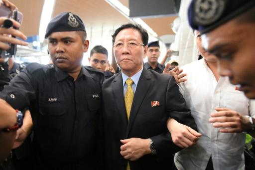 L'ambassadeur expulsé de la Corée du Nord, Kang Chol (c) escorté par des policiers dans le hall de départ de l'aéroport de Kuala Lumpur, en Malaisie, le 6 mars 2017 © MOHD RASFAN AFP