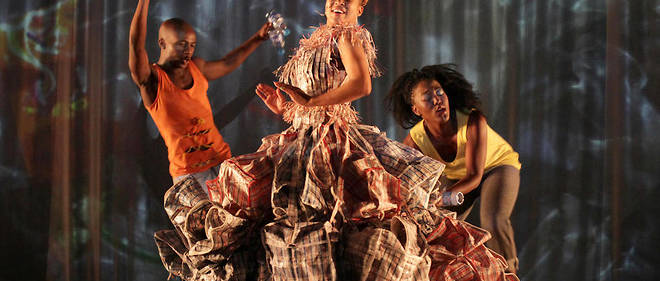 "'Beauty remained for just a moment then returned gently to her starting position...."" de la chorégraphe Robyn Orlin avec la troupe Moving Into Dance Mophatong. Danseurs: Muzi Schili, Sunnyboy Motau, Thandi Tshabalala, Teboho Letele, Julia Burnham, Oscar Buthelezi et Otto Nhlapo. Costumes : Marianne Fassler. Lumières : Denis Hutchingson. Musique : Yogin Rajoo Sullaphen."