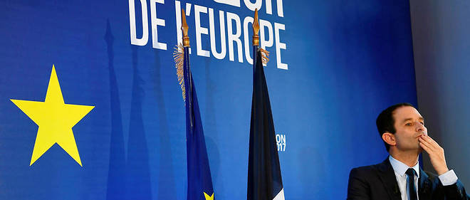 Benoit Hamon presente le texte de son traite europeen instaurant un parlement de la zone euro vendredi a la presse. / AFP PHOTO / GABRIEL BOUYS