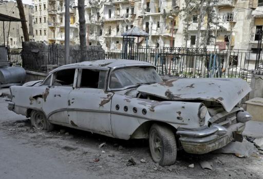 La Buick Super 1955 de Mohammad Mohiedine Anis détruite par des blocs de pierre détachés d'un immeuble lors d'un bombardement sur le quartier autrefois rebelle de Chaar, le 9 mars 2017 à Alep © JOSEPH EID AFP
