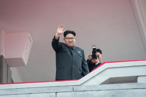 Le leader nord-coréen Kim Jong-Un salue la foule depuis un balcon, lors d'un rassemblement pour un défilé militaire, le 10 mars 2017 à Pyongyang © Ed Jones AFP/Archives