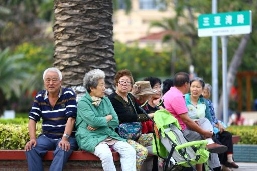 Des Chinois retraités se reposent assis sur un banc le long de la plage de Sanya, le 15 février 2017 sur l'île de Hainan ©  AFP