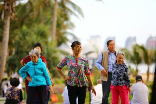 Des Chinois à la retraite font leurs exercices sur la plage de Sanya, le 15 février 2017 sur l'île de Hainan ©  AFP
