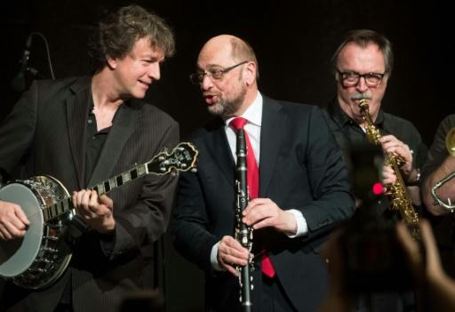 Martin Schulz (C) joue de la clarinette avec Pilspicker Jazz Band à Schwerte, en Allemagne, le 1er mars 2017 © Bernd Thissen dpa/AFP/Archives