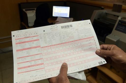 Un employé du bureau des statistiques montre un formulaire de recensement, le 13 mars 2017 à Islamabad, au Pakistan © AAMIR QURESHI AFP