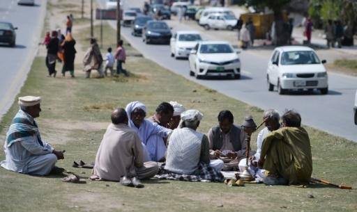 Des chrétiens pakistanais jouent aux cartes, le 13 mars 2017 à Islamabad © AAMIR QURESHI AFP