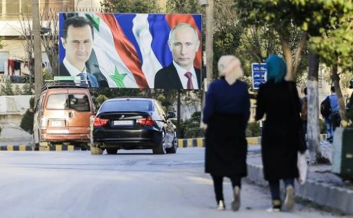 Le portrait du président syrien Bachar al-Assad (g) et de son homologue russe Vladimir Poutine dans une rue d'Alep, le 9 mars 2017 © JOSEPH EID AFP/Archives
