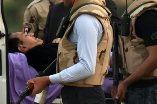 Hosni Moubarak est transféré d'un hélicoptère à une ambulance, à l'extérieur de l'hôpital militaire de Maadi au Caire, le 2 mars 2017 © MOHAMED EL-SHAHED AFP/Archives