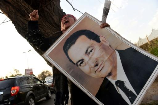 Un militante pro-Moubarak scande des slogans en sa faveur devant l'hôpital militaire de Maadi au Caire, le 2 mars 2017 © MOHAMED EL-SHAHED AFP/Archives