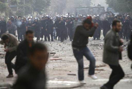 Des manifestants opposés au gouvernement d'Hosni Moubarak affrontent la police dans les rues du Caire, le 29 janvier 2011 © MOHAMMED ABED AFP/Archives