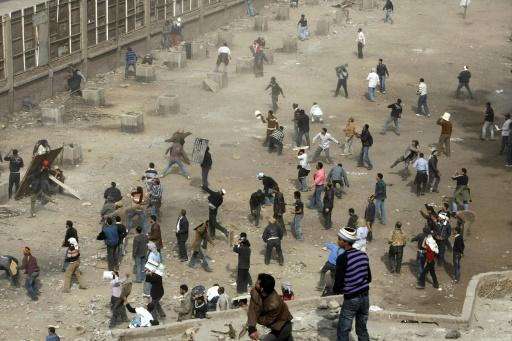 Des manifestants opposés au gouvernement d'Hosni Moubarak affrontent ses partisans place Tahrir au Caire, le 3 février 2011 © MOHAMMED ABED AFP/Archives