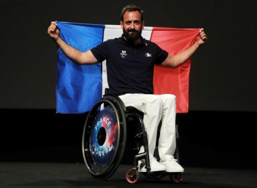 Michaël Jérémiasz, porte-drapeau de la France aux Jeux paralympiques de Rio, lors d'une séance photo à Paris, le 19 juillet 2016 © JACQUES DEMARTHON AFP/Archives