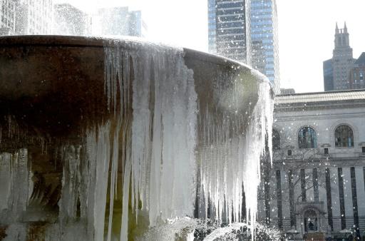 La fontaine Josephine Shaw Lowell  à l'entrée du parc Bryant de New York est couverte de glace le 13 mars 2017 © TIMOTHY A. CLARY AFP