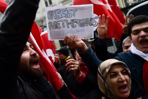 Des manifestants turcs accusent les Pays-Bas de fascisme, devant le consulat néerlandais à Istanbul, le 12 mars 2017 © YASIN AKGUL AFP