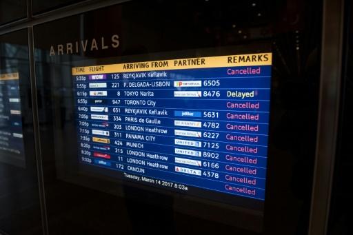 """Un tableau d'affichage des vols annulés ou retardés en raison du blizzard baptisé """"Stella"""", le 14 mars 2017 à l'aéroport de Boston, dans le Massachusetts © Ryan McBride AFP"""