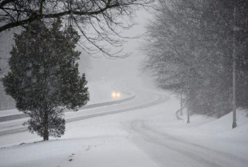 Des voitures avancent tant bien que mal dans le blizzard le 14 mars 2017 à Greenwich, dans le Connecticut  © TIMOTHY A. CLARY AFP