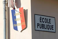 Ecole communale primaire avec blason Republique Francaise Liberte Egalite Fraternite ©Pierre GLEIZES/REA