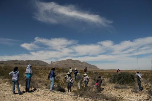 Des proches de disparus et des activites recherchent des vêtements ou des restes humains, dans la Vallée de Juarez, le 11 mars 2017 près de Ciudad Juarez, au Mexique © HERIKA MARTINEZ AFP