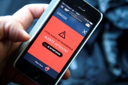 """L'""""alerte attentat"""" sur l'application pour smartphones,  déclenchée par les autorités le 16 mars 2017 après la fusillade de Grasse  © Damien MEYER AFP"""
