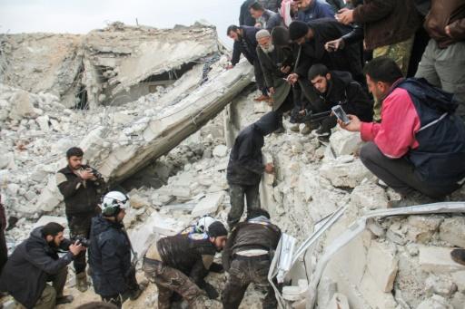 Des Casques blancs syriens recherchent des victimes dans les décombres d'une mosquée touchée par une frappe aérienne américaine, le 17 mars 2017 à Al-Jineh, dans la province d'Alep © Omar haj kadour AFP