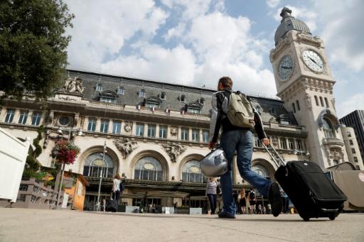 Un voyageur devant la gare de Lyon à Paris, le 22 juillet 2016 © FRANCOIS GUILLOT AFP/Archives