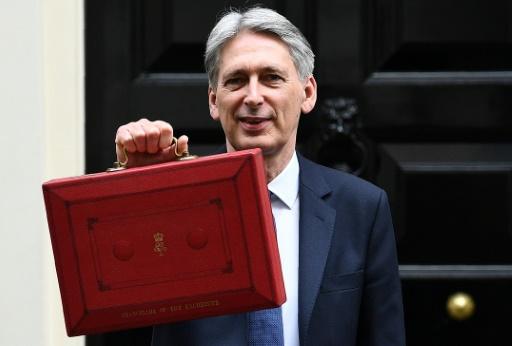 """Le ministre britannique des Finances Philip Hammond avec la """"Budget Box"""" devant le 10 Downing Street, le 8 mars 2017 à Londres © Justin TALLIS AFP/Archives"""