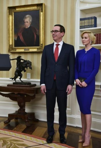 Steven Mnuchin accompagné de l'actrice de 36 ans d'origine écossaise Louise Linton lors de la cérémonie d'intronisation le 13 février 2017 à la Maison Blanche à Washington © MANDEL NGAN AFP/Archives