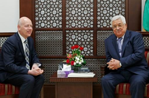 Le président palestinien Mahmoud Abbas (d) rencontre Jason Greenblatt, l'émissaire du président américain Donald Trump, le 14 mars 2017 à Ramallah © ABBAS MOMANI AFP/Archives
