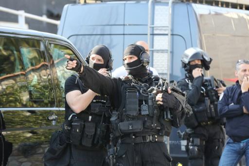 Des policiers du RAID prennent position autour du lycée Tocqueville où s'est déroulé un fusillade, le 16 mars 2017 à Grasse © Valery HACHE AFP