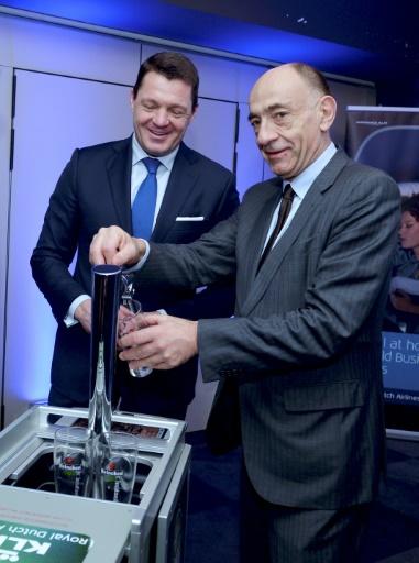 Jean-Marc Janaillac (à droite), le PDG d'Air France-KLM et le directeur général de KLM, Pieter Elbers, lors de la présentaion des résultats 2016 du groupe à Paris, le 16 février 2017 © ERIC PIERMONT AFP/Archives