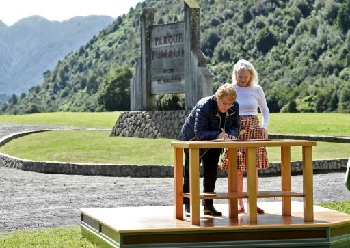 La présidente chilienne Michelle Bachelet (d) aux côtés de Kristine McDavitt, la veuvede Douglas Tompkins, millionnaire écologiste américain, signe un document faisant don de 407.625 hectares de terres au Chili, le 15 mars 2017 au parc Pumalin, dans le sud du pays ©  Présidence chilienne/AFP