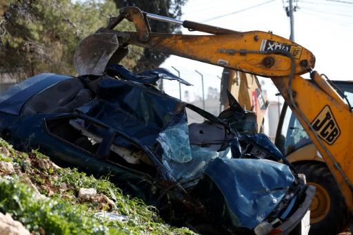 Une voiture portant une plaque israélienne détruite par une pelleteuse, le 6 mars 2017 à al-Ram, en Cisjordanie © ABBAS MOMANI AFP