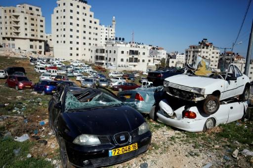Des voitures portant des plaques israéliennes détruites par des bulldozers, le 6 mars 2017 à al-Ram, en Cisjordanie © ABBAS MOMANI AFP
