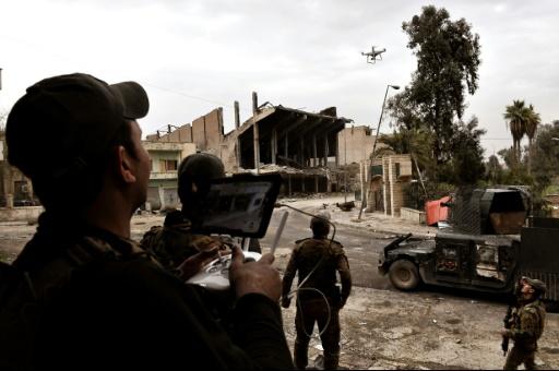 Des membres des forces irakiennes tentent de piloter un drone pour repérer les positions des djihadistes à Mossoul le 13 mars 2017 © ARIS MESSINIS AFP