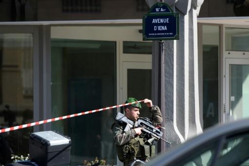 Un militaire sécurise les abords des bureaux du FMI à Paris, le 16 mars 2017 © Christophe ARCHAMBAULT AFP