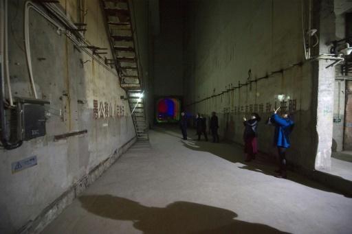 """Des touristes visitent la """"centrale 816"""", ancienne base secrète creusée sous les montagnes, transformée en site touristique, le 21 février 2017 à Fuling, dans le sud-ouest de la Chine © WANG ZHAO AFP"""