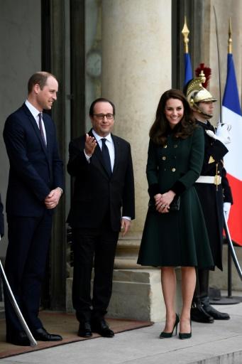 Le président français François Hollande (C) accueille le prince William (G) et son épouse  Kate, sur les marches de l'Elysée, le 17 mars 2017 à Paris © Martin BUREAU AFP